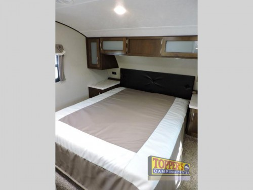 Prime Time Crusader Lite 30BH fifth wheel bedroom